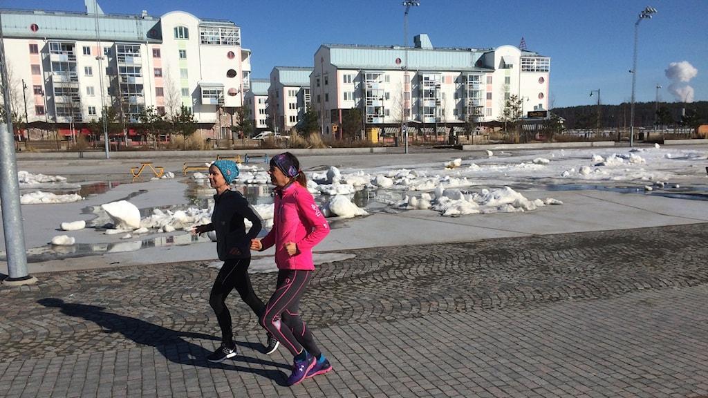 Johanna Nilsson och Anneli Lindbäck löptränar. Foto: Sveriges Radio