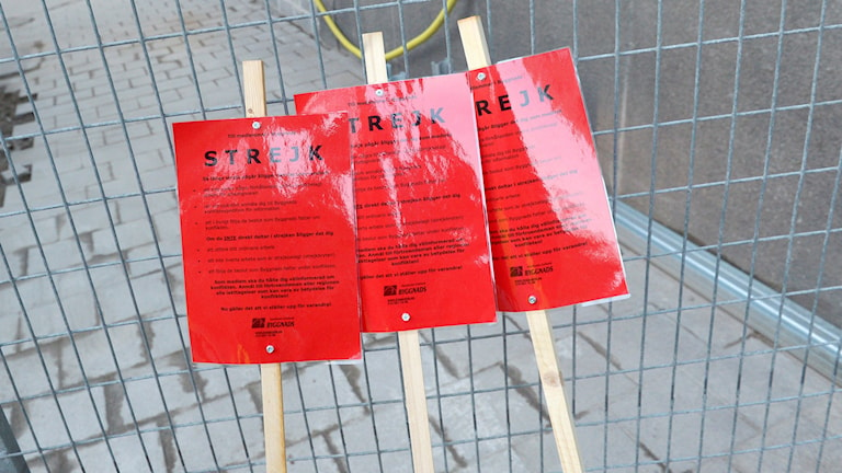 """Skyltar med texten """"strejk"""". Foto: JanErik Henriksson/TT"""