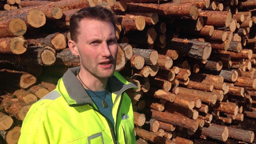 Det är ibland svårt att hitta personal, säger Andreas Häggström, produktionschef vid Lövholmens såg.