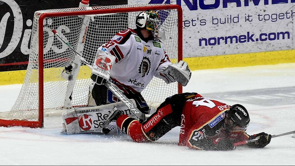 Frölundas målvakt Johan Gusfatsson mot Luleå Hockey.