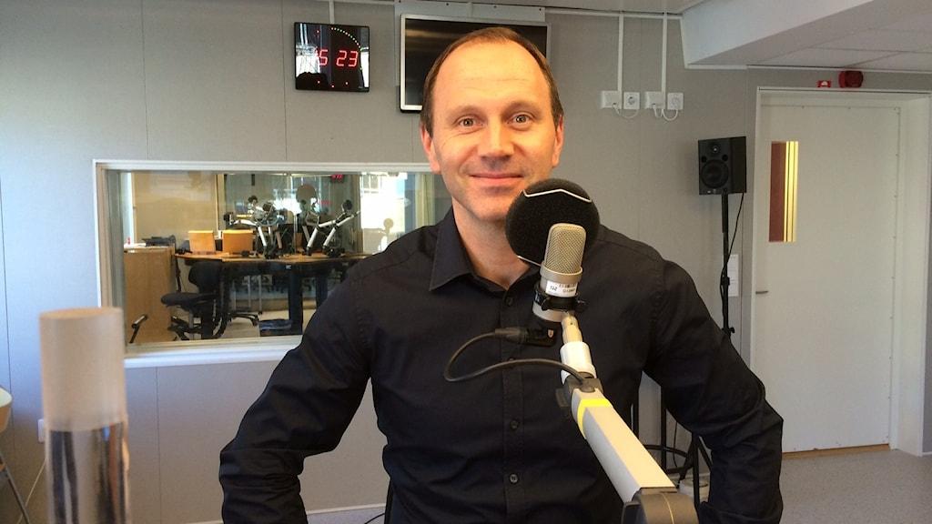 Fotbollsdomaren Jonas Eriksson på besök hemma i Luleå.