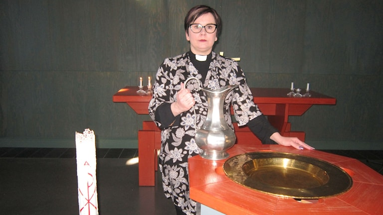 Victoria Svärdh, dopfunt, ljus, bord. Foto: Beatrice Karlsson/Sveriges Radio.