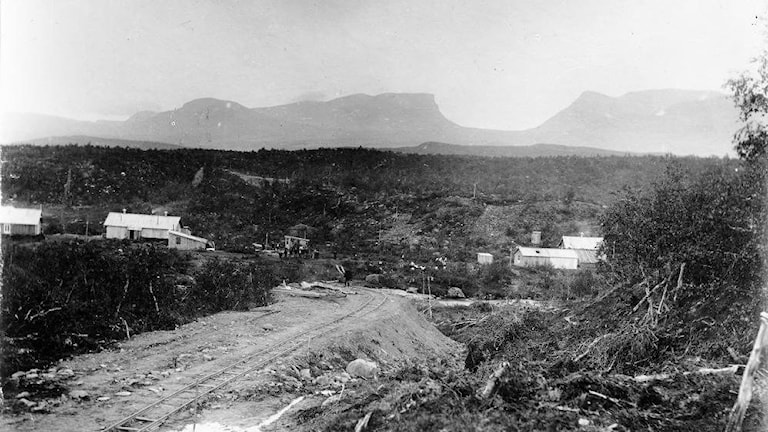 Byggandet av riksgränsbanan i Abisko med Lapporten i bakgrunden år 1899.