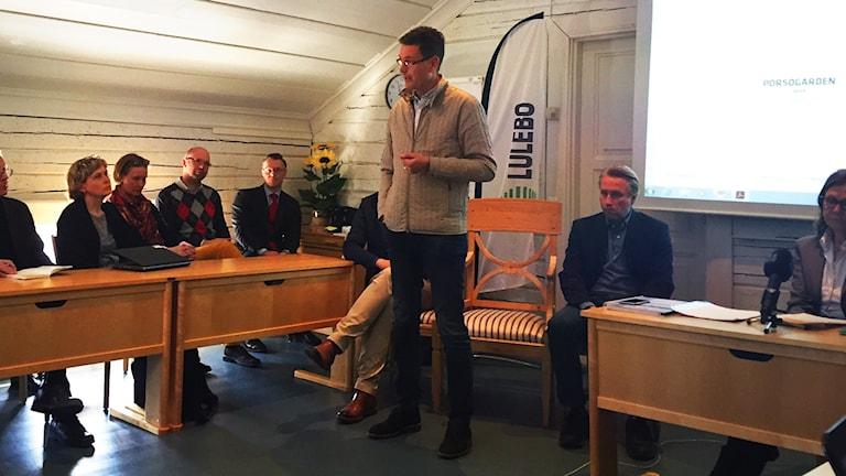 Patrik Hall, vd för Nordhalla på presskonferensen.