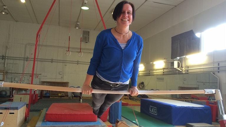 P4 Norrbottens Lena Callne visar att de gamla gymnastiktakterna sitter i i Älvsbyn.