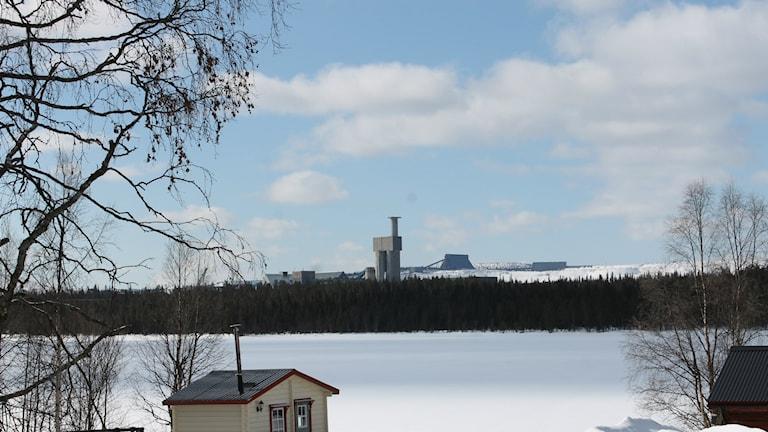 Sakajärvi med Aitikgruvan i bakgrunden. Foto: Sveriges radio