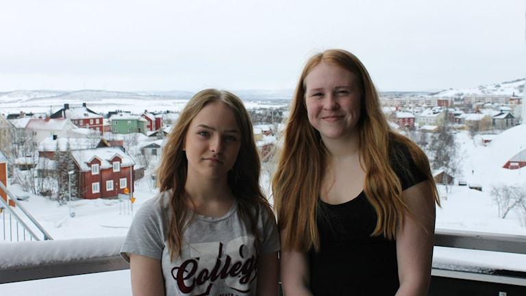 Eleverna Isabelle Öhman och Hanna Johansson.