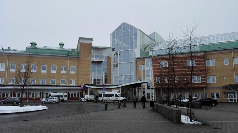 Sunderby sjukhus en gråmulen dag med lite snö på marken.