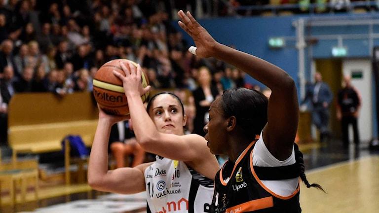Luleå baskets Katie Bussey med bollen.