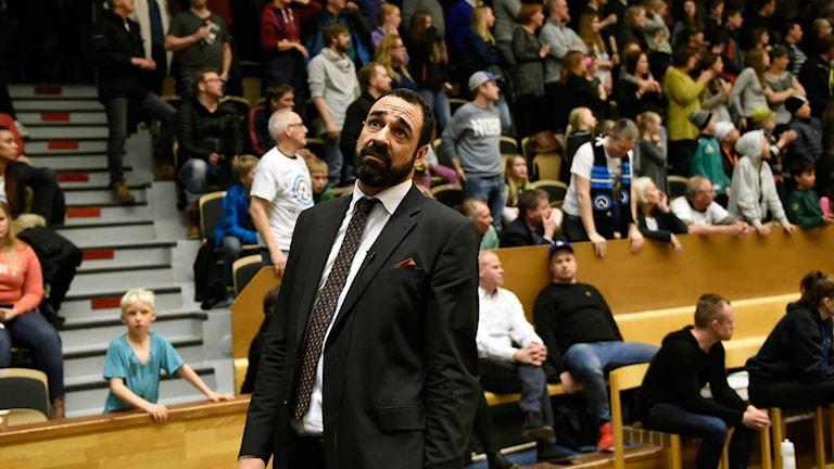 Luleå Basket coach Jens Tillman kollar besviket mot resultattavlan.
