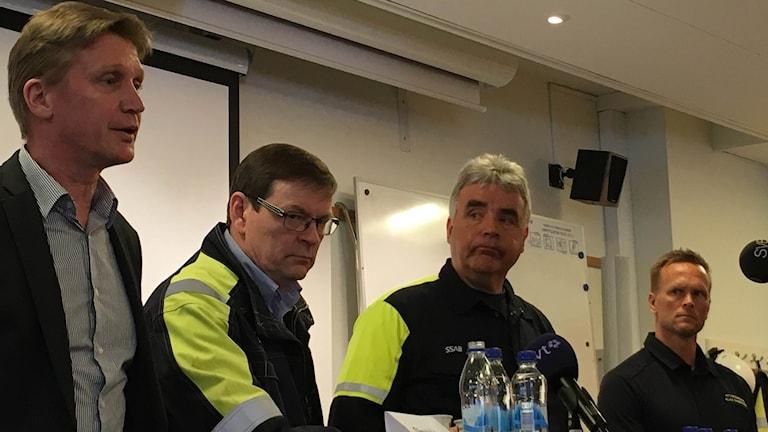Olavi Huhtala chef för SSAB Europa, Sakari Kallo produktionsschef, Nils Edberg platschef, Klas Sandström räddningstjänsten.