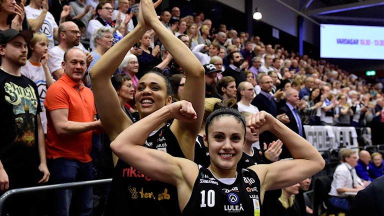 Luleå Baskets Daniell Hamilton Carter och Katie Bussey jublar efter SM-guldet.
