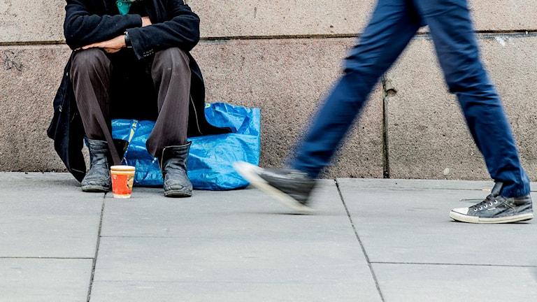 Man sitter och tigger på gatan. Foto: Stian Lysberg Solum/TT