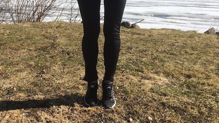 Att stå på framdelen av foten och ta små, små steg stärker vadmusklerna. Foto: Sveriges Radio.