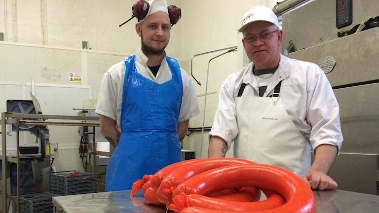 Fredrik och Janne Pettersson tillsammans med några falukorvsringar. Foto: Tova Nilsson/Sveriges Radio