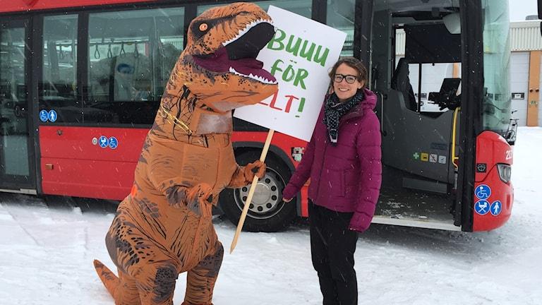Anna Kowall Lindbäck, marknadschef LLT och dinosaurien Dino som inte längre är välkommen på Luleå lokaltrafiks bussar.