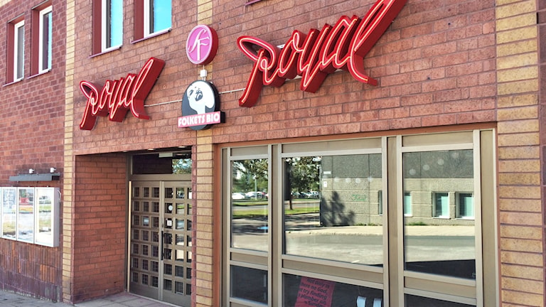 Ingången till Royal-biografen i Luleå med Folkets bio.