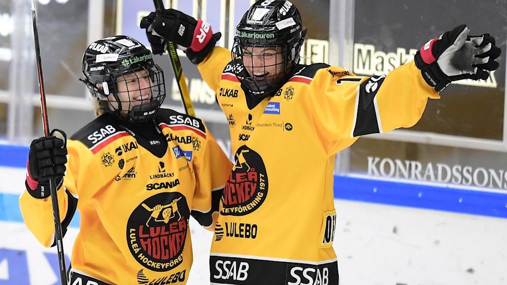 Luleås Nicoline Jensen grattas av Luleås Josefine Persson efter 0-2 under lördagens premiärmatch i SDHL