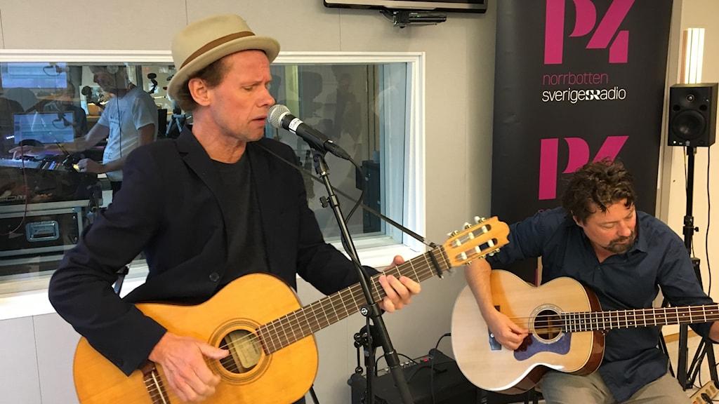 Bo Sundström och Mats Schubert i Bo Kaspers orkester spelar live i P4-studion
