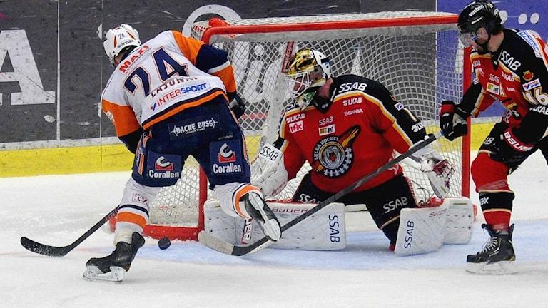 Växjös Jani Lajunen framför Luleå Hockeys målvakt David Rautio. Foto: Alf Lindbergh/Pressbilder.