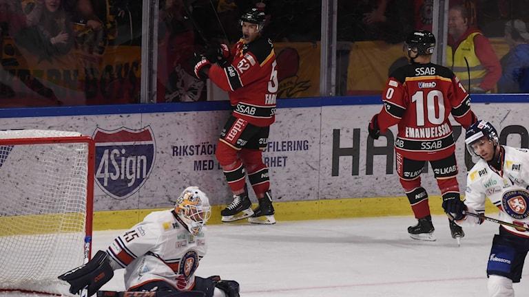 Luleå Hockeys Karl Fabricius jublar efter mål mot Växjö