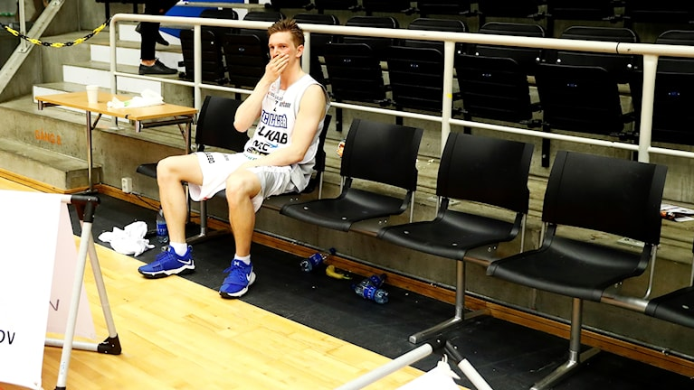 BC Luleås Adam Rönnqvist deppar på bänken.