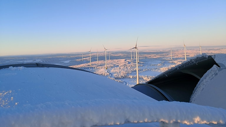 Vindkraftspark i snölandskap.
