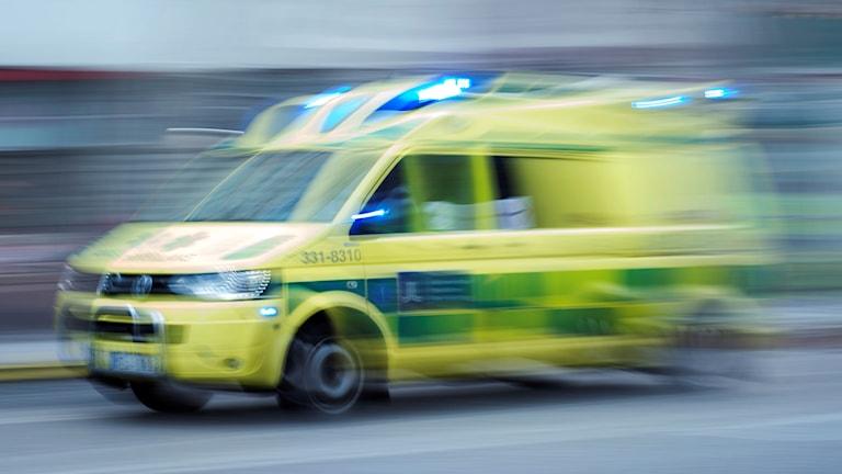 En ambulans som skyndar sig fram.