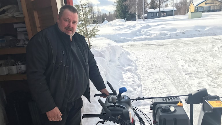 Tomas Erkki med snöslungan som är en av sakerna som gör att han kan jobba trots sin funktionsnedsättning.