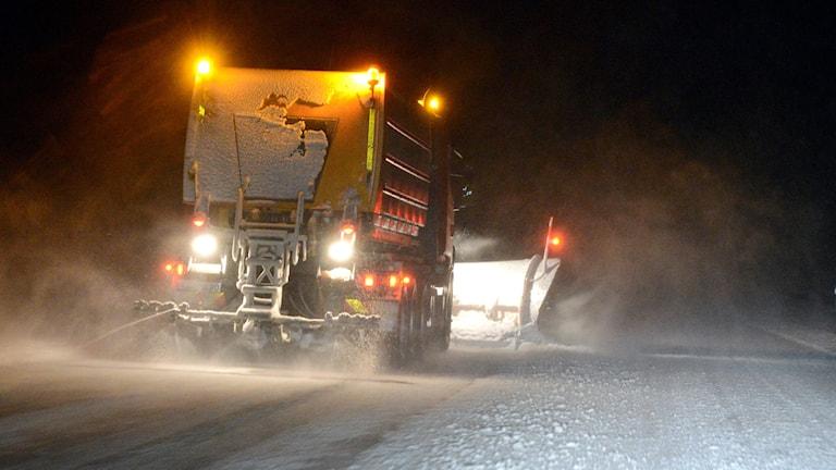 En plogbil röjer bort snön från E4:an.