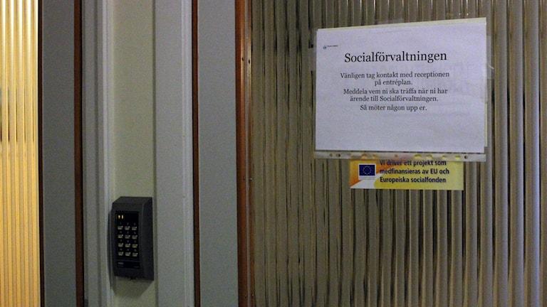 Socialförvaltningen i Kiruna stadshus har låsta dörrar sedan årsskiftet.