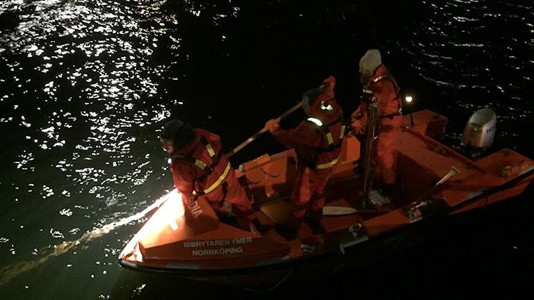 Sökinsats via båt i Norra hamn i Luleå.