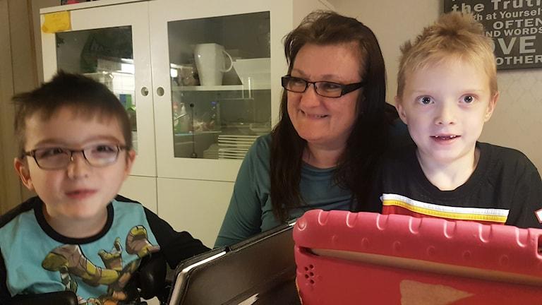 Tvillingarna Ville och Viktor tillsammans med mamma Pia Lovholt