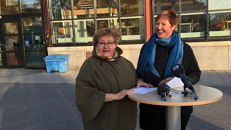 Luleås kommulråd Yvonne Stålnacke (S) och barn- och utbildningsnämndens ordförande Carina Sammeli (S) utanför Kulturens hus.