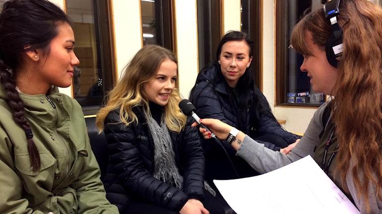 Språkeleverna vid Björknässkolan Frida Nordberg, Othilia Wimyr, Amanda Wikström intervjuas av Felicia Danielsson.