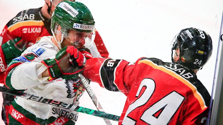 Frölundas Jonathan Sigalet jagar Luleå Hockeys Johan Harju efter tacklingen.