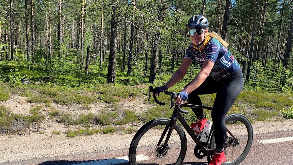 Marie Rydne cyklar på en vägkant.