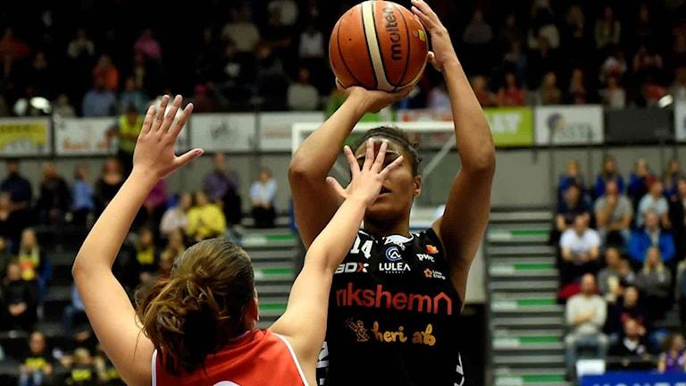 Luleå Baskets Chioma Nnamaka mot Uppsala.