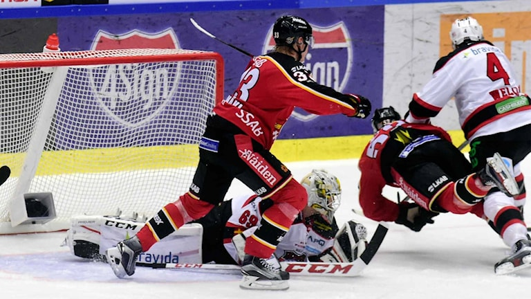 Tuff kamp framför Malmös målvakt Oscar Alsenfelt mot Luleå Hockey.