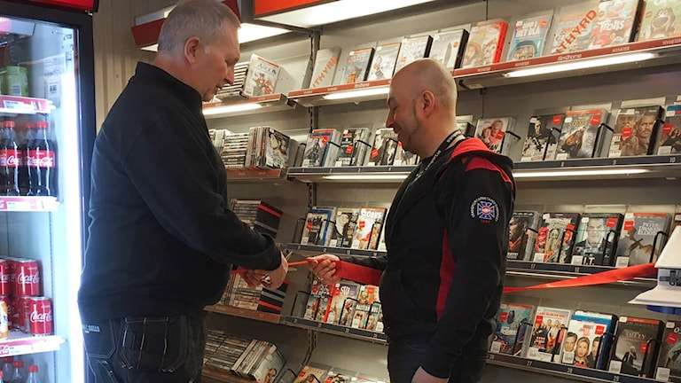 Chauffören Kent Olsson och Robert Savela, Svenska Transportarbetareförbundet i Luleå klipper bandet för vägbiblioteket på macken i Vuollerim.