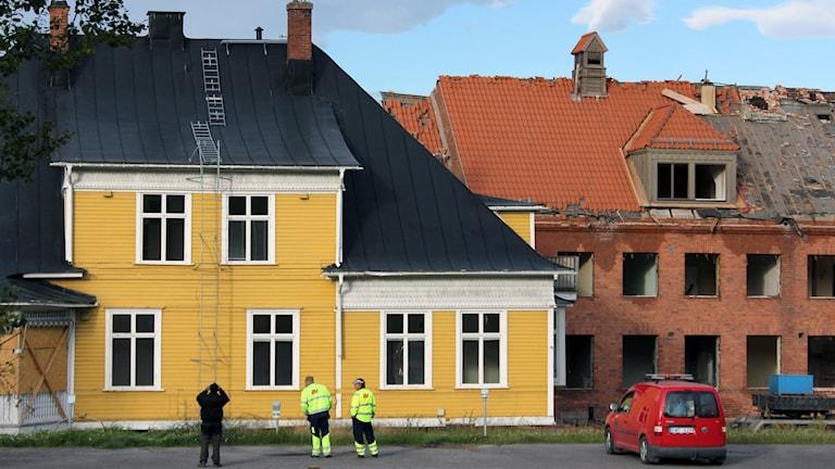 Den gula Ingenjörsvillan rullar förbi den gamla järnvägsstationen i Kiruna som rivs.
