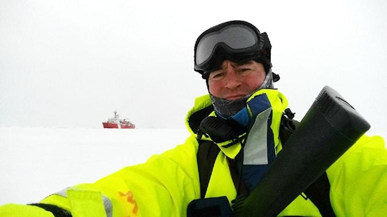 Meteorologen Nicke Juuso passar på att ta en selfie på Nordpolen.