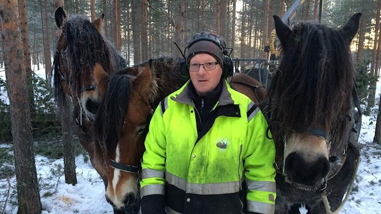 Lars-Olof Lundgren tillsammans med Dacke, Vilmar och Palt.