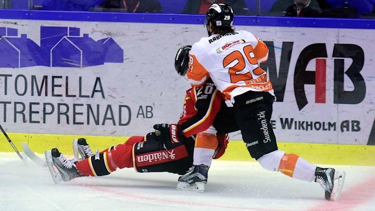 Karlskronas Alexander Viklund i duell med Luleå Hockeys Gustav Rydahl.