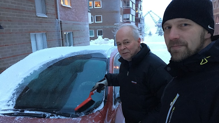 Stig Nordqvist och polisen Daniel Pettersson vid en snöig bil i Luleå.