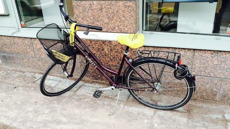 Cykel som fått en påminnelse om att den står i vägen för synskadade.