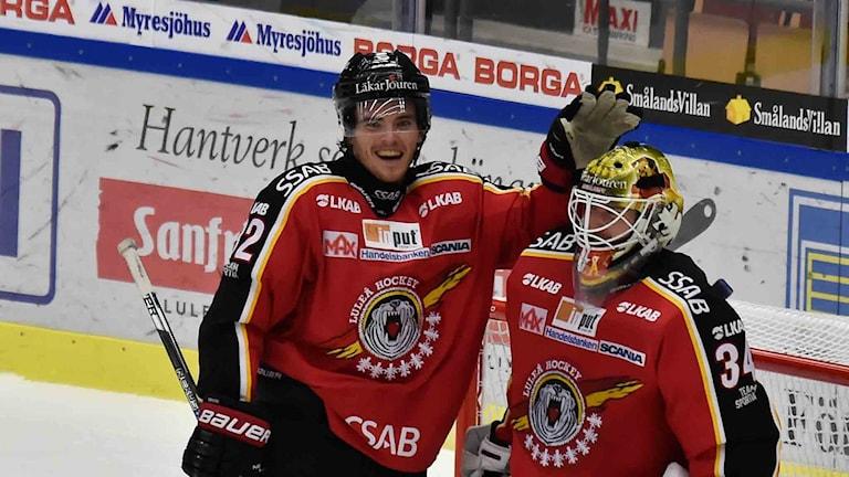 Luleå Hockey Oscar Engsund och målvakten Joel Lassinantti jublar.