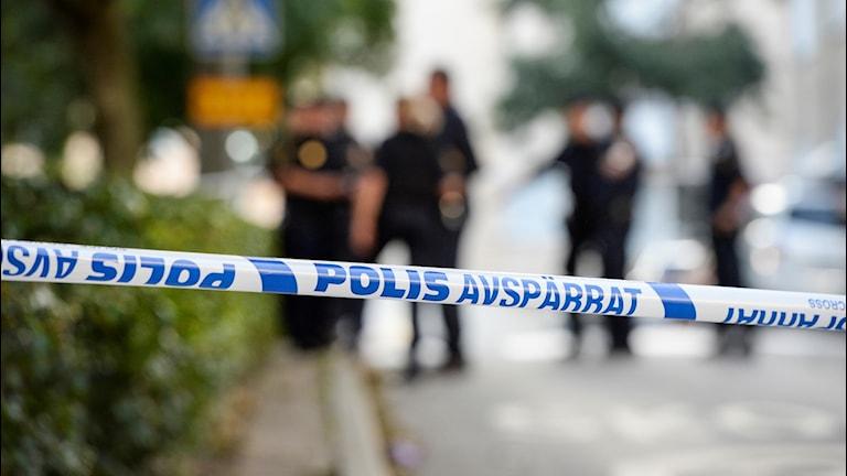 Polisavspärrning med en grupp poliser långt i bakgrunden.