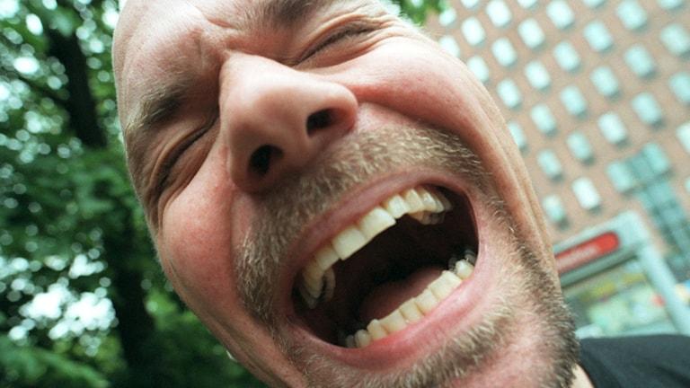 Närbild på skrattande man. Foto: Fredrik Sandberg/TT