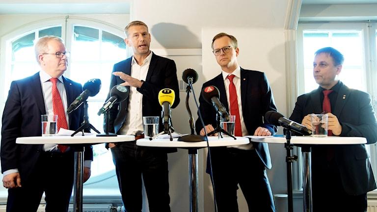 Kommunalrådet Anders Teljebäck (S), Northvolts vd Peter Carlsson, minister Mikael Damberg och Skellefteås kommunalråd Lorents Burman (S). Foto: Anders Wiklund/TT
